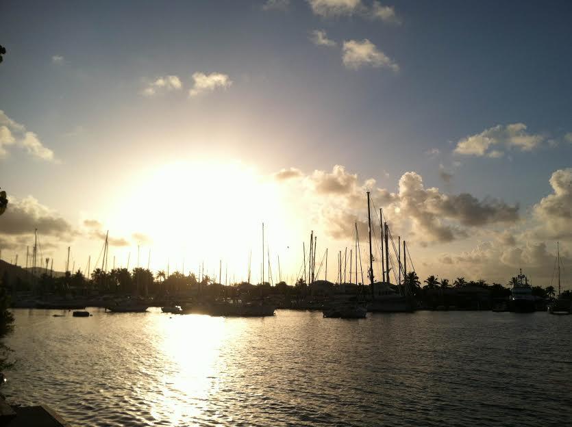 Solen går upp över marinan