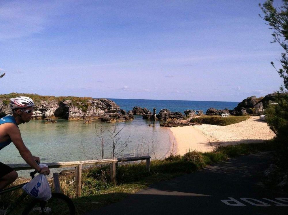Här i Bermuda har vi hyrt cyklar hela veckan. Andy är här på väg hem från vårt morgondopp, ännu en mysig liten strand bara några minuter från huset.
