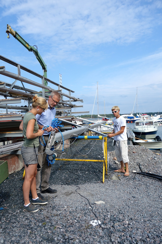 Pappa o Lillasyster hjälpte till med masten och sjösättning i Öregrund