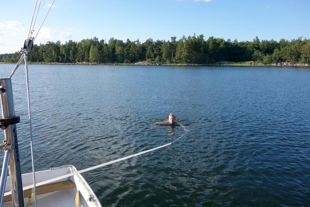 Andy simmar tillbaka till båten efter en joggintur på Lindö