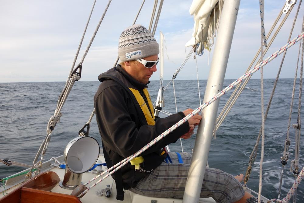 Andy installerar Sune när vi seglar till Gotland