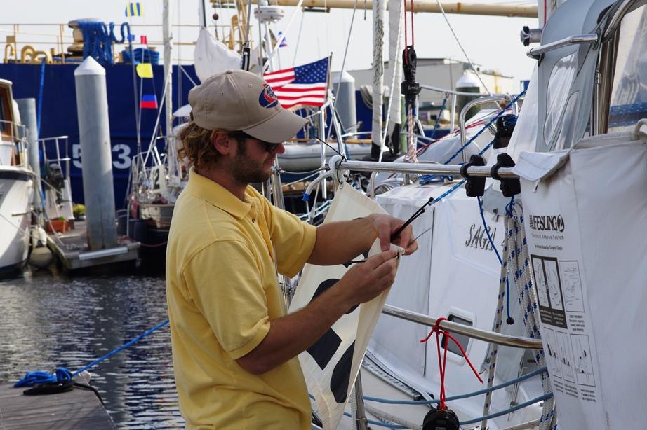 Jake spänner fast racenummer på alla båtar