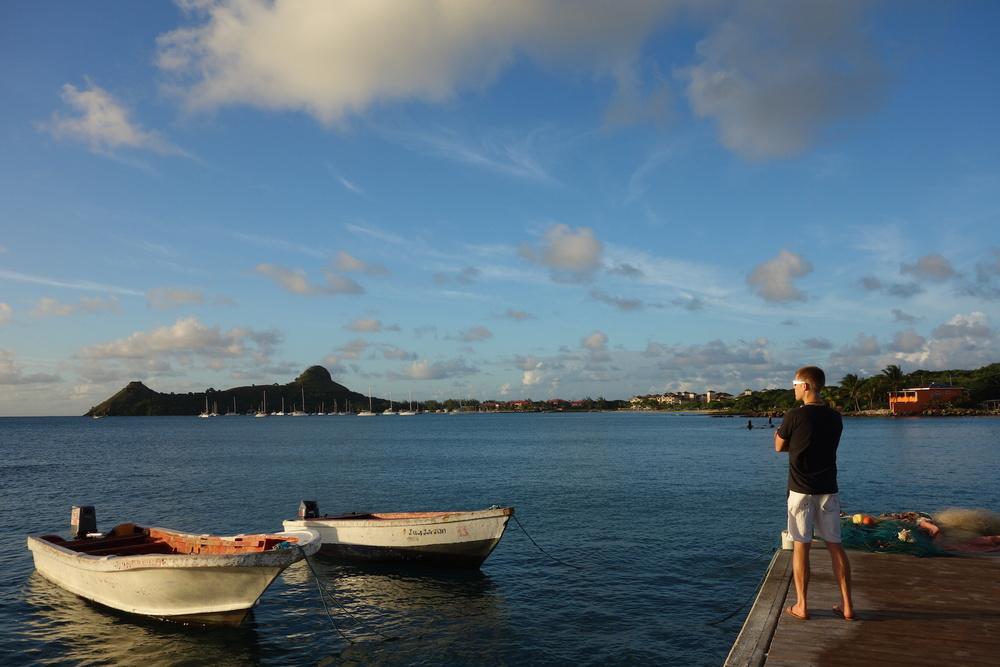 Andy med Pigeon Island i bakgrunden
