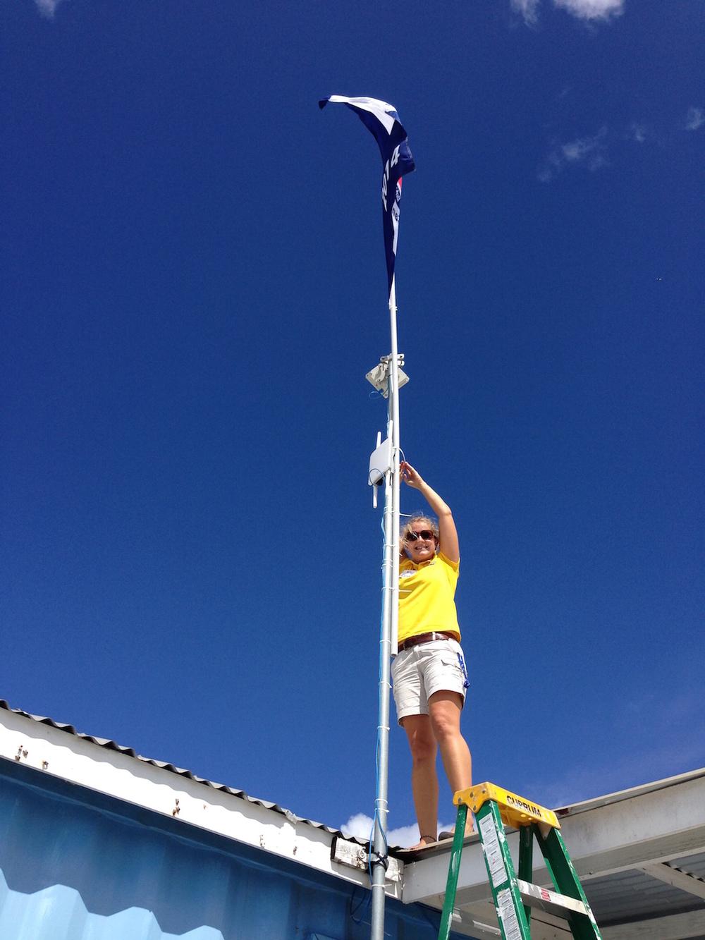 Ett av de många jobben.. Ceclie sätter upp flaggan på taket! :)