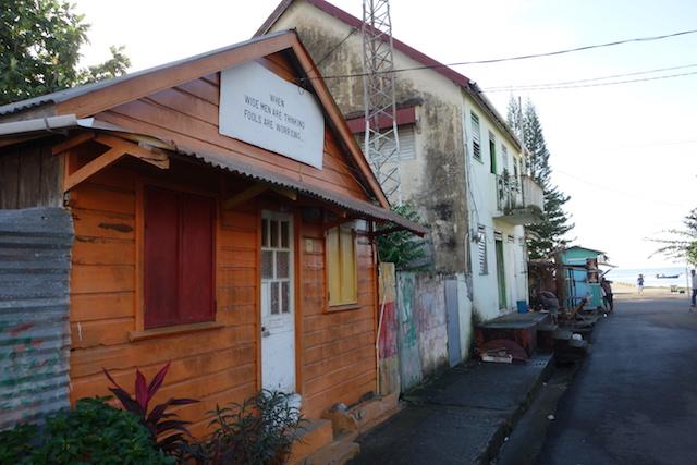 Härligt ordspråk på ett av husen i Anse Le Ray