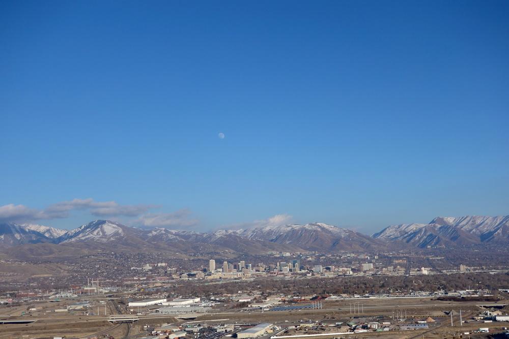 Flyg på väg in, Salt Lak City nere i dalen och bergen i bakgrunden