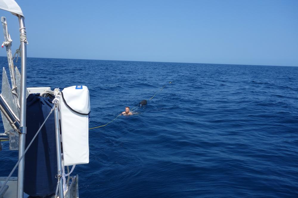 Vi har en lina efter båten så det ska bli lättare att ta sig tillbaka efter att vi hoppat i