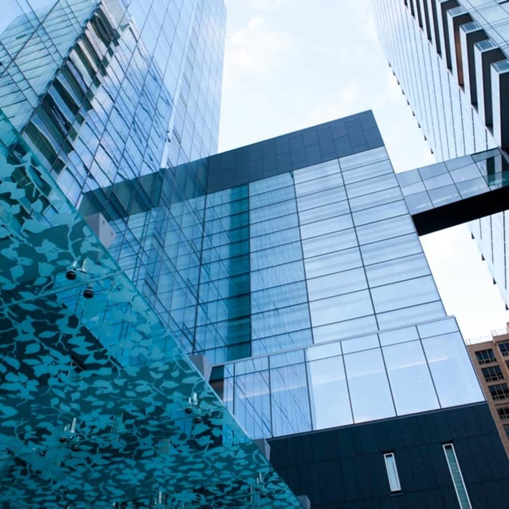 The Hotel - Relax into the sleek, contemporary comfort of Four Seasons Hotel Toronto. Our 253 spacious guest rooms, including 42 luxury suites, offer modern furnishings in a soothing, neutral colour palette, and feel like chic private residences in the heart of Toronto's fashionable Yorkville district.Floor-to-ceiling hotel views flow from the downtown Toronto skyline to the vast canopy of trees to the north, sheltering the mansion-lined streets of Rosedale