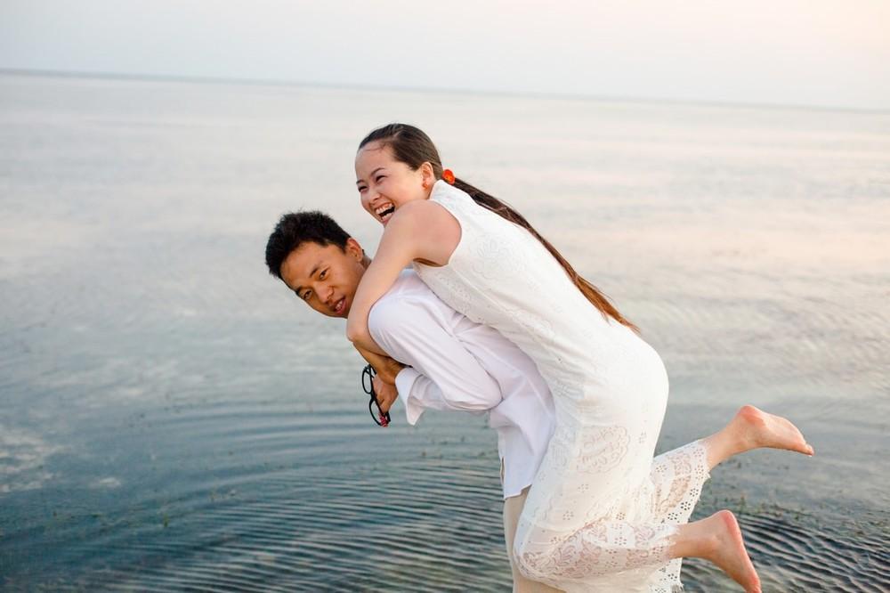 新娘新郎一起 每對新人都一定會歷經籌備的過程,這些混亂和瑣事都是讓兩個人成長的歷練 經過了多年的互相扶持,終於來到了結婚的這天 肯尼亚 蒙巴萨海滩 婚禮