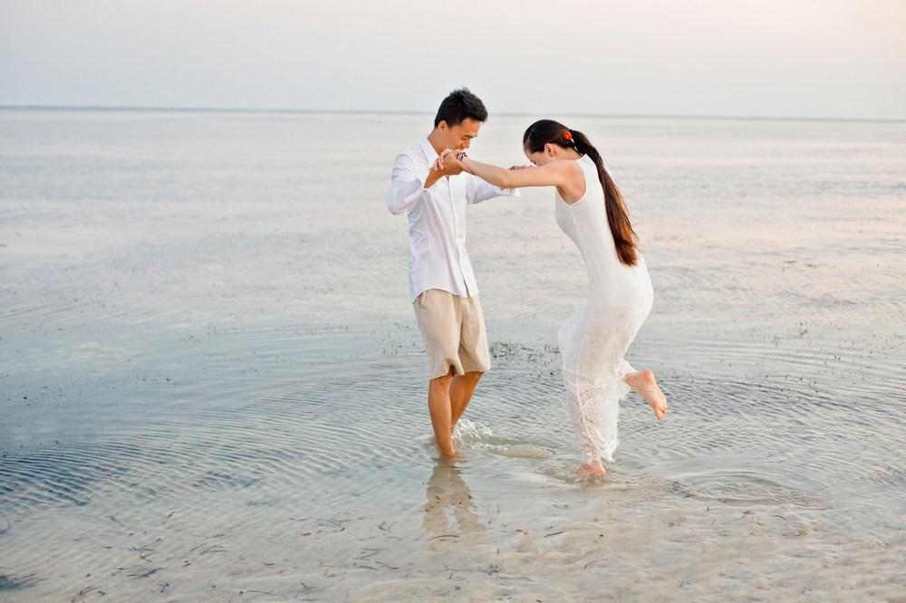 隆重簡單的婚禮,保持著最溫馨的氣氛,最歡樂的笑容,這肯定就是最棒的回憶了!!蒙巴萨海滩 唯美婚纱照画面来看摄影全新唯美风格婚纱照,树木花朵都可以有,搭配婚纱礼服,无论您是喜欢时尚婚纱照,还是唯美婚纱照,我们的创意婚纱摄影都可以满足您的愿望,只为完成您对于婚纱照的完美期待! 肯尼亚蒙巴萨海滩 视觉婚纱摄影婚纱摄影摄影工作室