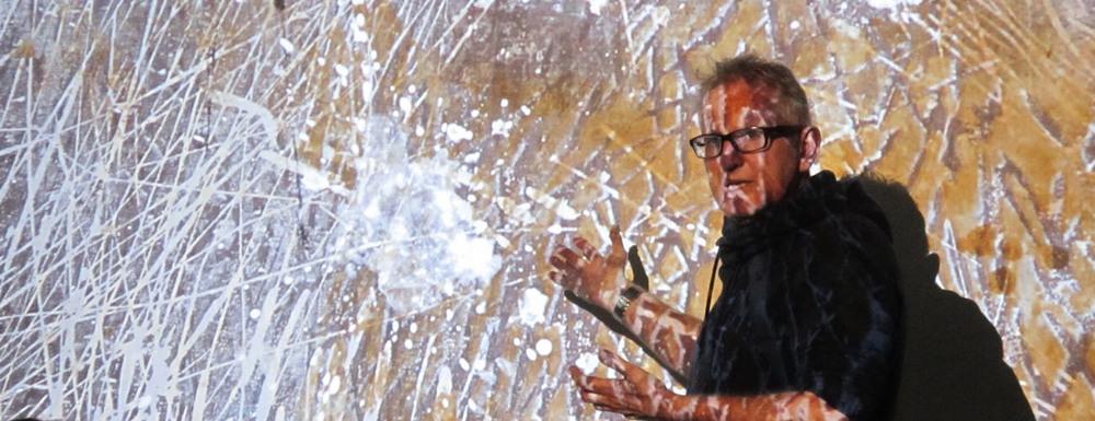 Billedtekst: Michael Ruby under foredraget, hvor selv en mågeklat kan bruges til noget (foto: Fyrmoster Lene Christiansen, Bovbjerg Fyr)