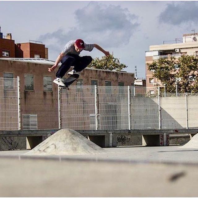 @jeremyjereyou BCN floater🙀 #landscapeskateboards