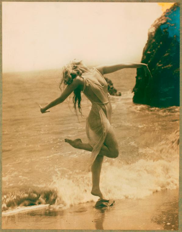 Ruth St. Denis on the beach. (1915-1916).jpg
