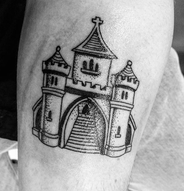 INKED! Thx @lealefaucon.tattoo  #tattoo #castle