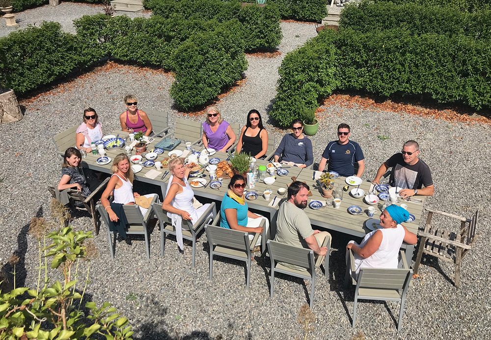 groupsunnydining_burtownhouseretreat.jpg