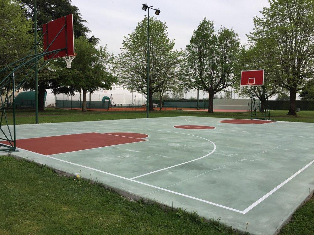 Realizzazione strisce segnaletiche e rivestimento aree su nuova pavimentazione