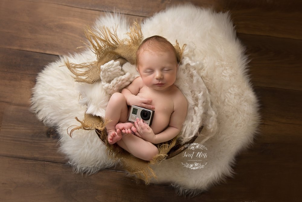 Baltimorenewbornphotographer_harfordcountynewbornphotography_Sweetblissphotography_boybabyholdingcamera.jpg