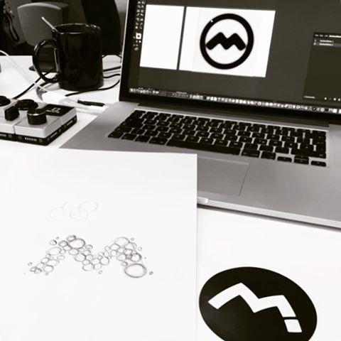 """Denken auf Papier - und auf dem Screen.  Das richtige Werkzeug spielt zur zum richtigen Zeitpunkt seine Stärken aus. ...eines scheint bereits klar: Kunde kauft ein """"M"""" 😉  #logodesign #ideenfindung #denkenmitdemstift"""