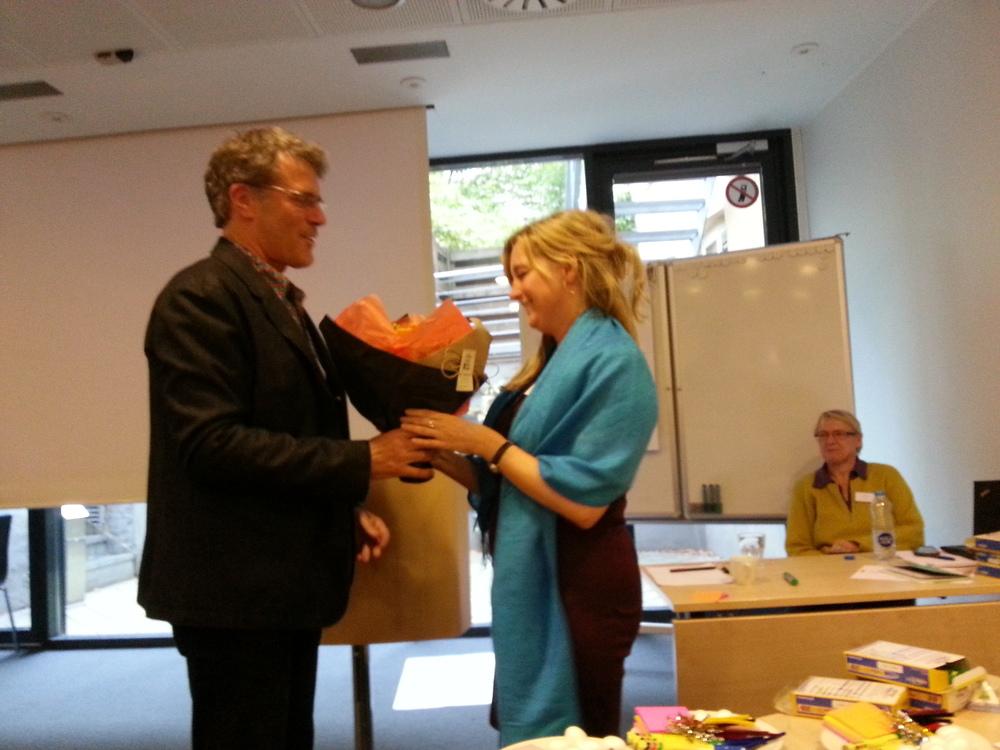 Prisen for bedste artikel gik til Trine Paludan og Niels-Henrik Sørensen - her overrækkes den af professor Reinhard Stelter