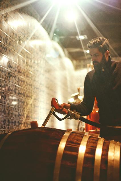 Eine sündige Nacht lang vergnügte sich unser Gin in den Fässern, bevor er seinen Weg in die typische weiße GIN SUL Tonflasche fand.