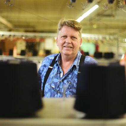 """Firmenchef """"Kalle"""" Siegel hält in der Stader Strickwarenfabrik alle Fäden zusammen."""