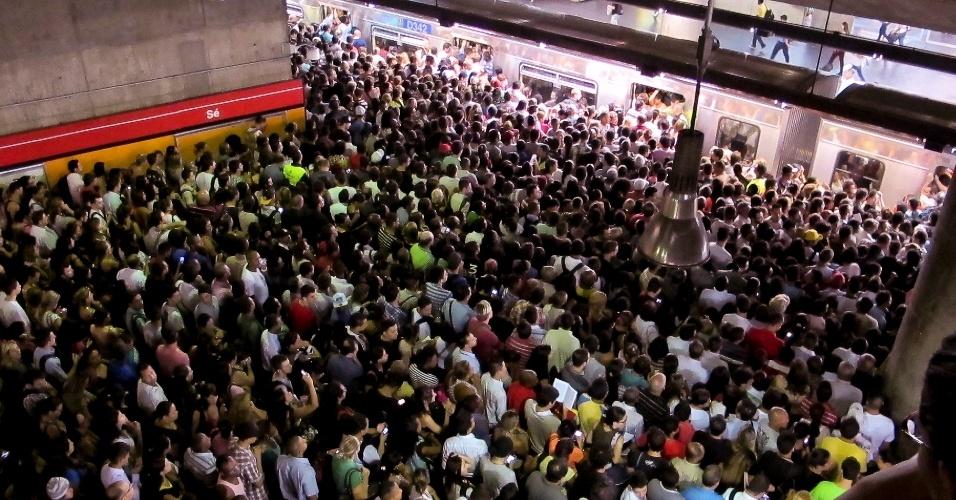 6mar2013---falha-na-linha-provoca-acumulo-de-passageiros-em-plataforma-de-embarque-da-estacao-se-do-metro-na-linha-vermelha-em-sao-paulo-sp-na-noite-desta-segunda-feira-1362610802131_956x500 - Cópia.jpg
