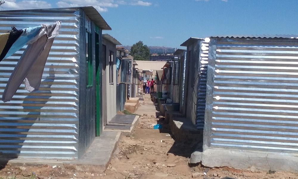 Alojamento provisório para famílias sem-teto de Johannesburgo. Foto: Francisco Comaru