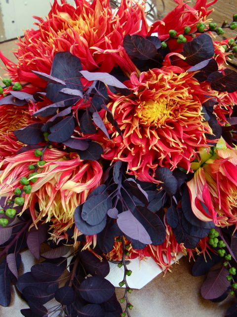 flaming-dahlia-bouquet-2
