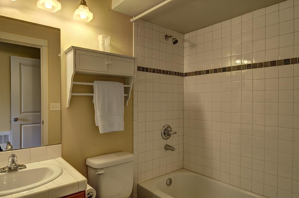 lower bathroom.jpg