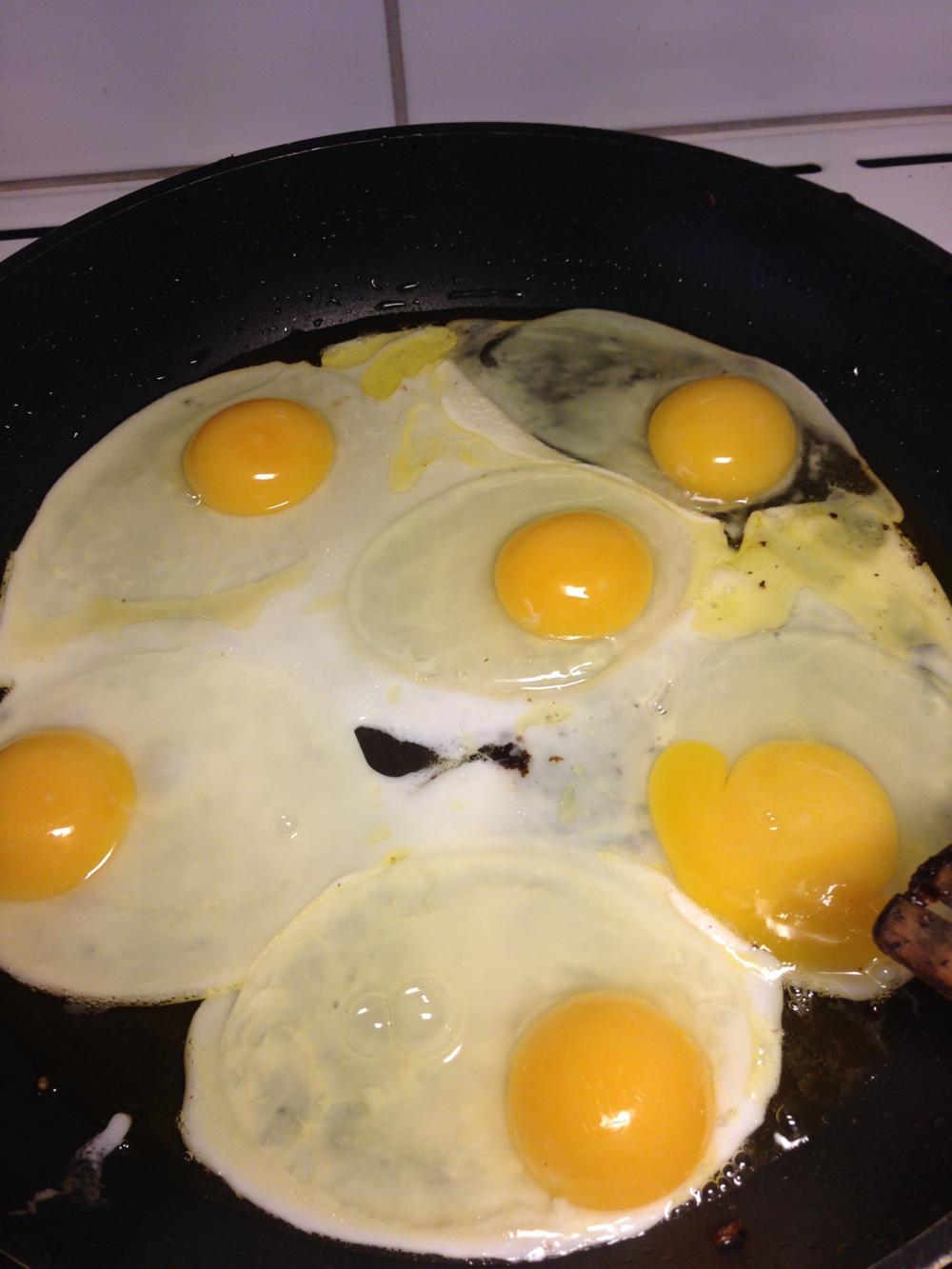 Knäck äggen i pannan