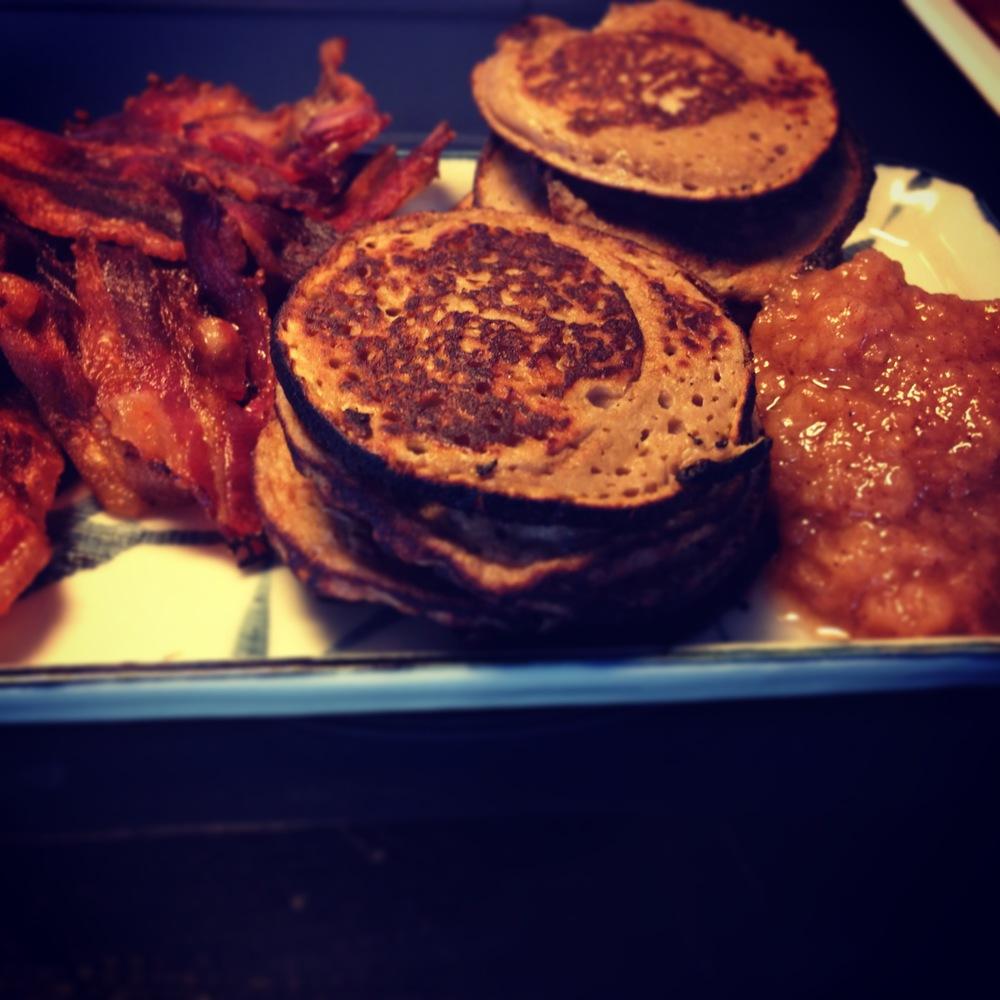 Plättar, bacon och äppelkompott