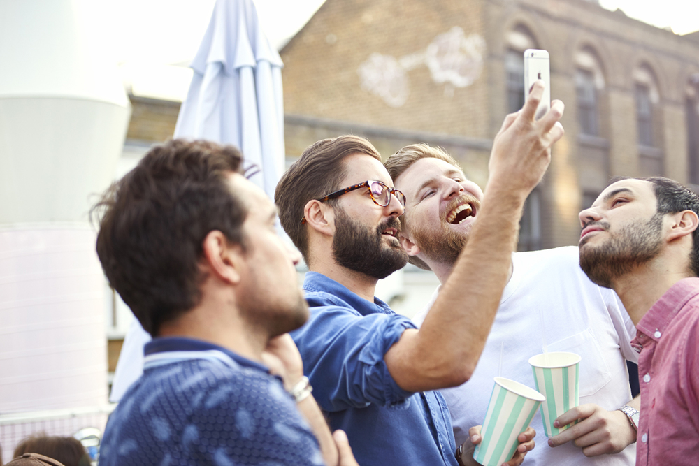 Street food photography from street feast in dalston yard, shoreditch dinerama and lewisham model market. Natural daylight lifestyle shots from photographer and director scott grummett of street food and drink in london used for advertising press pr packaging and editorial. lifestyle friends daylight day light friends smiling selfie