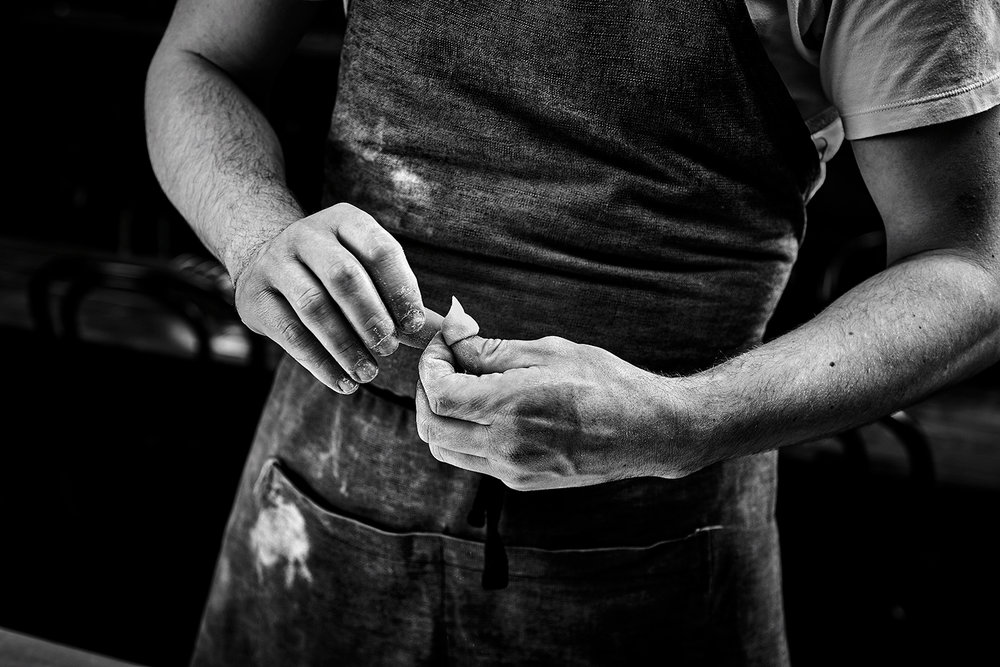 food-photographer-photography-drink-pasta-recipe-recipes-hand-made-fresh-prepared-documentary-provenance-cooking-cook-cookbook-recipe-making-process-steps-step-by-step-black-and-white-hands-hand-cutter-cutting-tool-tools-tortellini-tortelloni-ravioli-raviolo.jpg