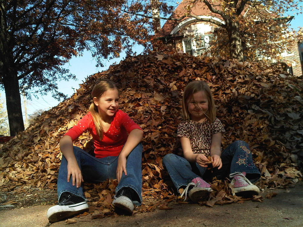 girls_and_leaves