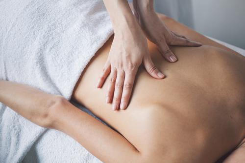Ayurveda Massage mit warmem Sesamöl