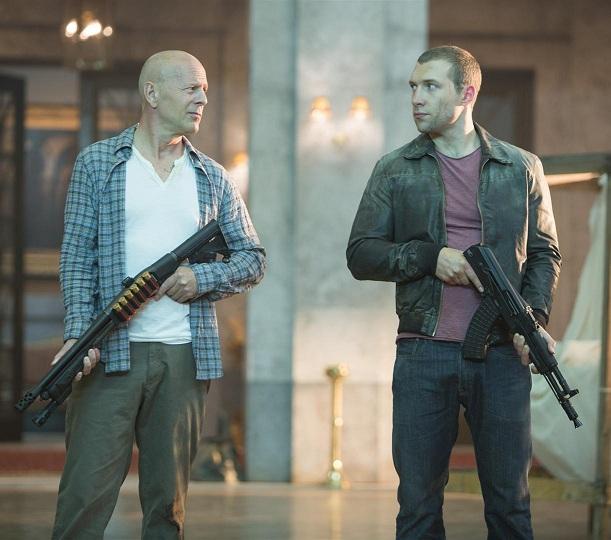 Bruce Willis ser på sin medspelare med avsky.