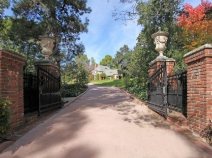 I had the pleasure to view and prepare an initial staging consultation for the sellers of this beautiful estate.  While I did not do any final execution, I still feel I'd like to share the beauty of this property.  Hope you enjoy!     www.1219journeysend.com