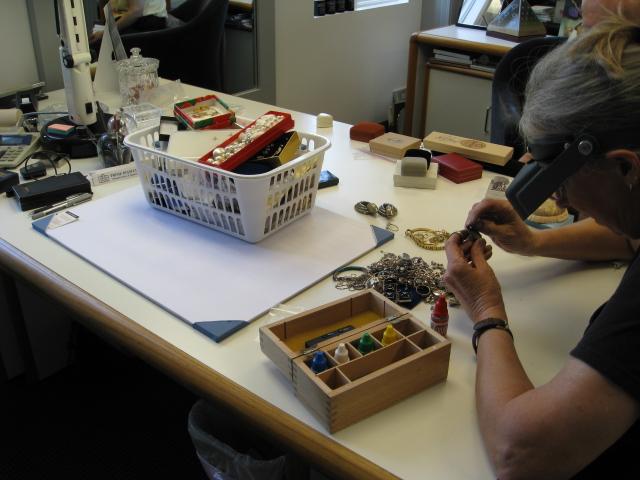 Testing gold jewelry