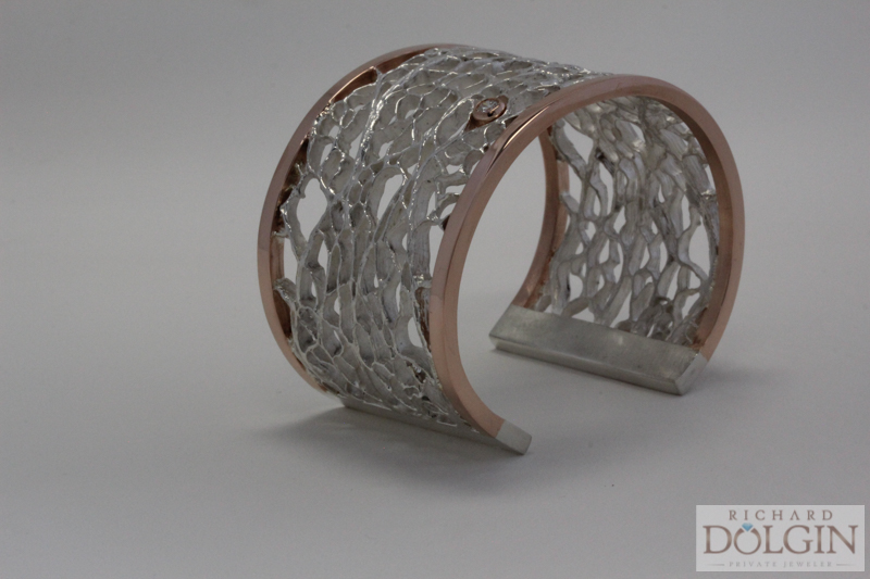 Bracelet featuring a single diamond