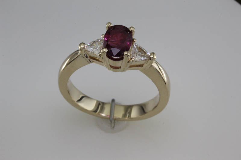 Ruby ring with trilliant side diamonds
