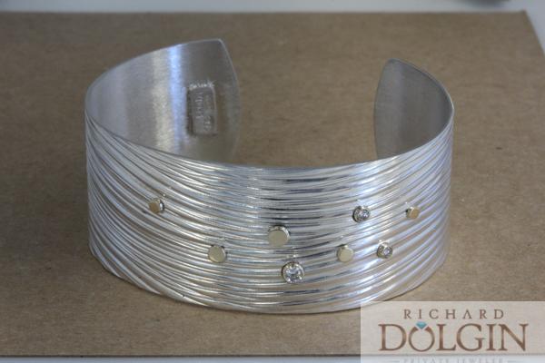 Medium width wave pattern bracelet with diamonds