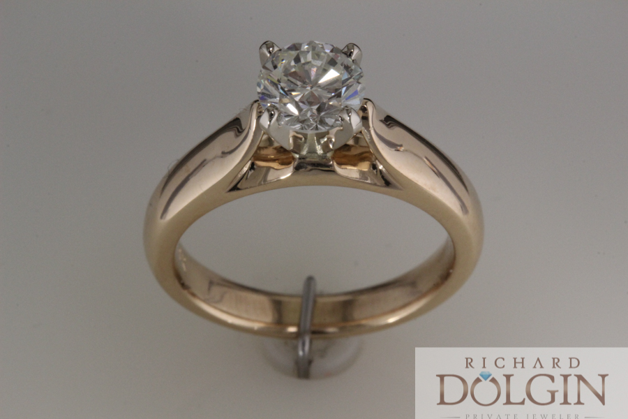 Round diamond in yellow gold cathedral