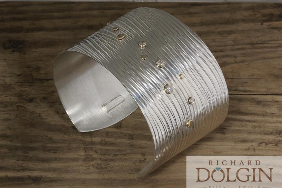 Wave bracelet with diamonds