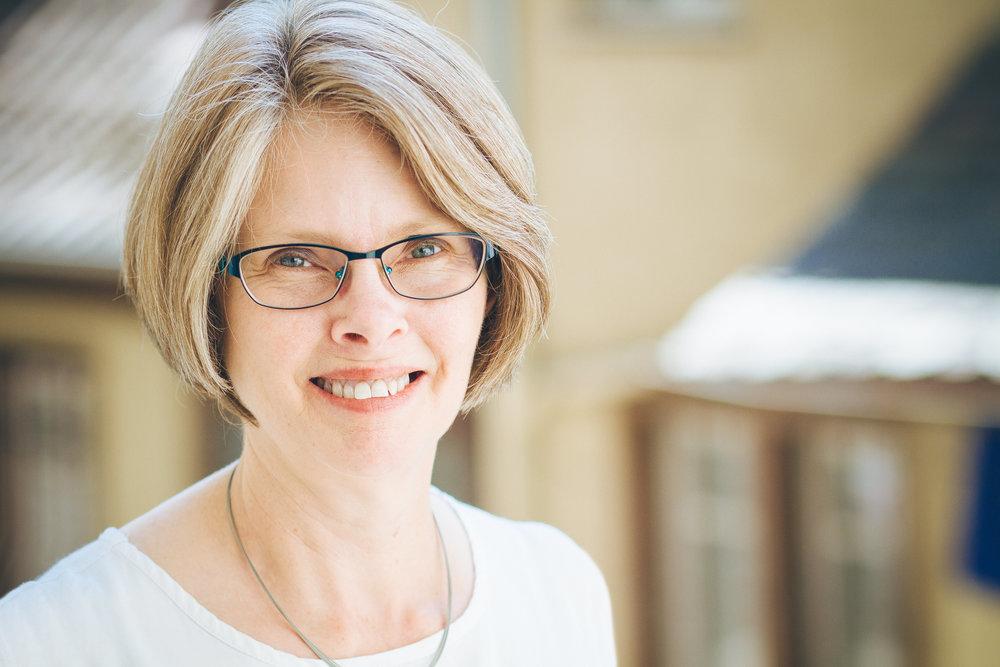 Institutsleitung - Dr. Beth Langstaff  -
