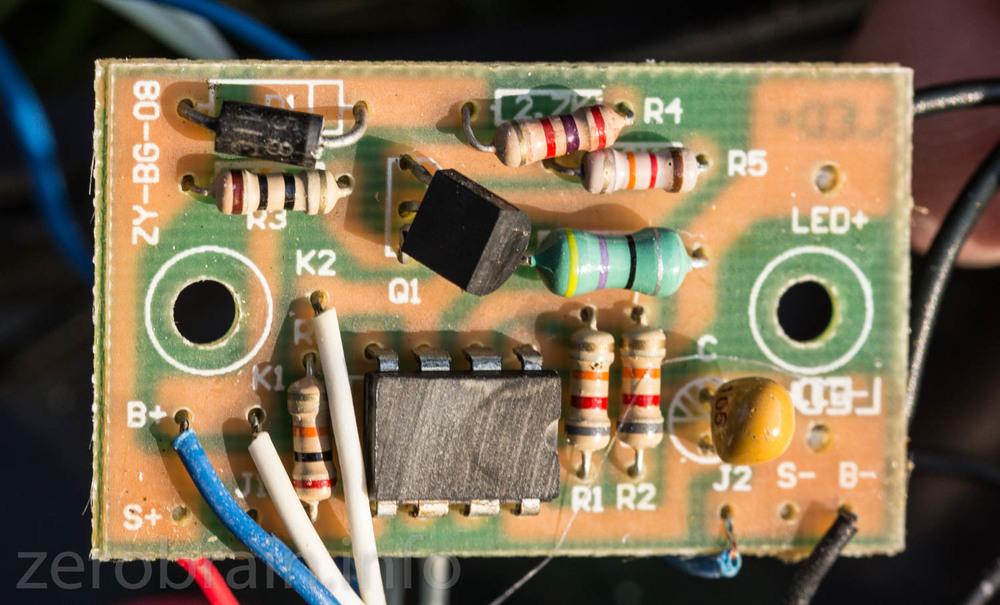"""Die Platine der """"amorphen Solrzelle"""" - abgeschleifte Chip Kennzeichnung (rechte Variante)."""