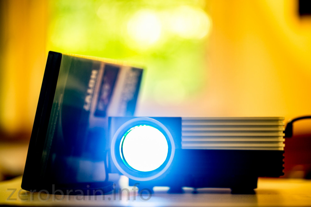 Projektor mit DVD Hülle zum Grössenvergleich