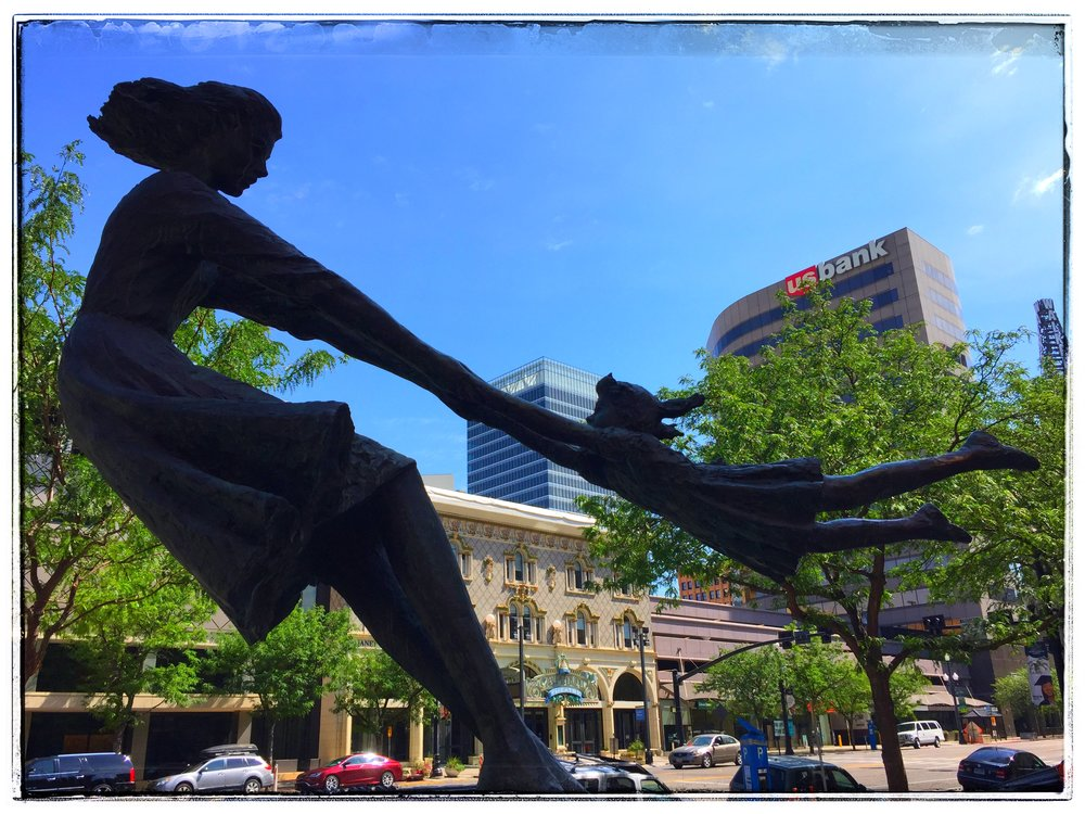 Salt Lake Walkabout - Salt Lake City has many indications that want you to enloy your walks around the city, with family-friendl statues.