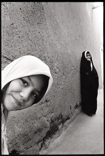 Peeking-Girl-Iran-2000.jpg