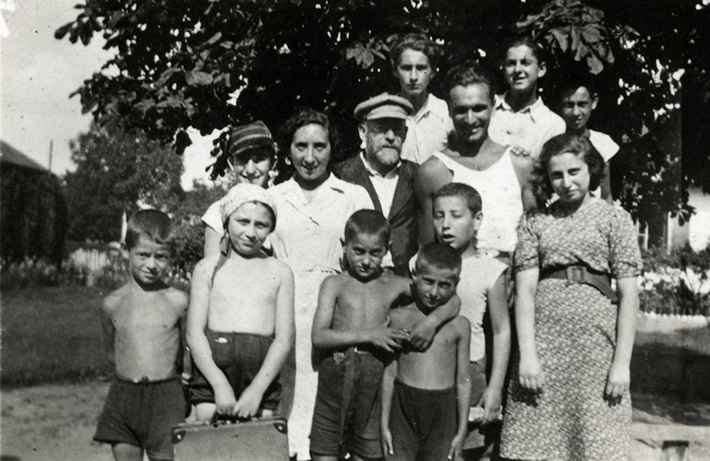 A holiday before the war and internment in the ghetto. Dr Korczak in a white hat, Misha to his left. To Korczak's right, Saba, who also worked in the home in the ghetto and went to Treblinka with the children. Next to her Sammy Gogol who survived Auschwitz thanks to the harmonica that Korczak gave him.