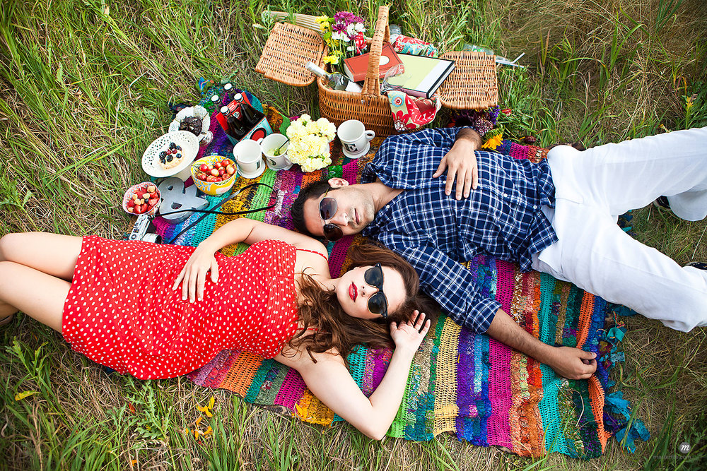 Couple having picnic outdoors in field, Unionville, Ontario, Canada © Ikonica / Masterfile